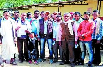 सड़क, पानी और बिजली की मांग को लेकर वनवासियों ने कलक्ट्रेट ने किया प्रदर्शन