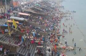 पुलवामा में शहीद हुए जवानों के लिए श्रद्धालुओं ने सरयू में लगाई डुबकी