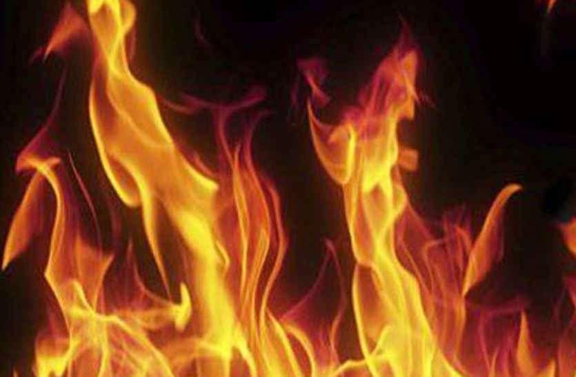 थप्पड़ का बदला लेने नशेड़ी ने पेट्रोल डालकर अपने साथी को जिंदा जलाया, आरोपी फरार