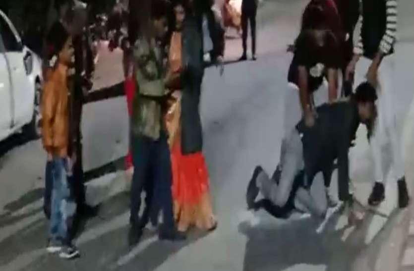 शराब पी कर गाड़ी चला रहे थे युवक, उसके बाद बीच सड़क पर महिलाओं की मौजूदगी में जमकर हुआ बवाल- देखें वीडियो