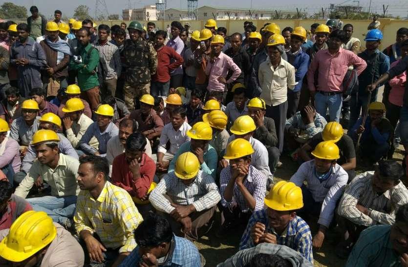 मजदूरों ने घेरा एनटीपीसी प्लांट, तनाव के बीच पुलिस बल तैनात