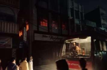 मिठाई की दुकान में लगी आग से हुआ धमाका, क्षेत्र में अफरातफरी