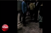 आवारा कुत्तों को खाना खिलाने पर महिला से मारपीट, थाने पहुंचा मामला, देखें वीडियो