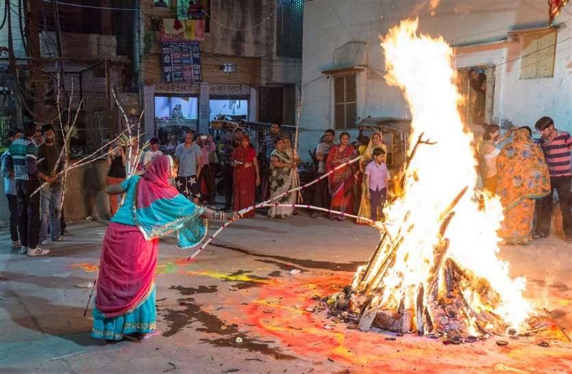 मंत्रोच्चार के साथ हुआ होलिका रोपण, मंदिरों में शुरू होगा फागोत्सव, दहन 20 मार्च को