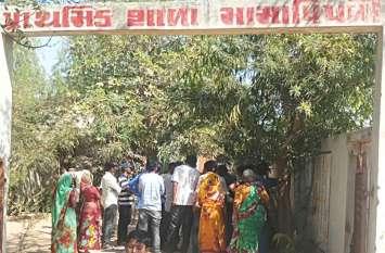 आणंद : प्राचार्य के तबादले की मांग पर ग्रामीणों ने की स्कूल में तालाबंदी