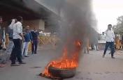 शहीद सर्कल पर तोड़फोड़ को लेकर उपजा आक्रोश, युवाओं ने जमकर किया विरोध प्रदर्शन
