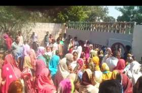 फर्जी हस्ताक्षर और नाम अंकित करने से नाराज ग्रामीणों ने संयंत्र का किया घेराव, जमकर की नारेबाजी