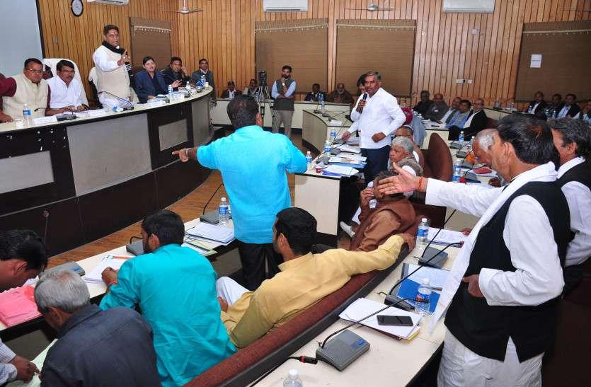 भाजपा पार्षदों व विधायक ने जिला प्रमुख को घेरा