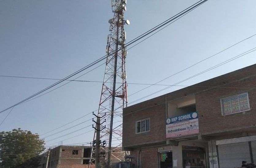 आबादी क्षेत्र में खड़े कर दिए टॉवर बढ़ा रहे रेडिएशन का खतरा