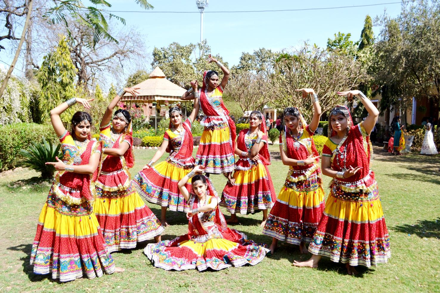 video मेहंदी, रांगोली, व्यंजन की खुशबू के साथ बिखरा संस्कृतिक का रंग
