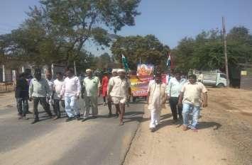 शहीद जवानों की याद में ग्रामीणों व विद्यार्थियों ने निकाली रैली