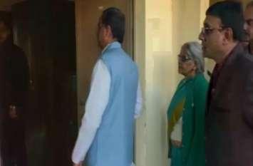 गर्ल्स इंटर कॉलेज में परीक्षा के दौरान कुर्ता-पैजामा पहने पहुंचा ये शख्स, टीचरों के कांपने लगे हाथ-पांव- देखें वीडियो