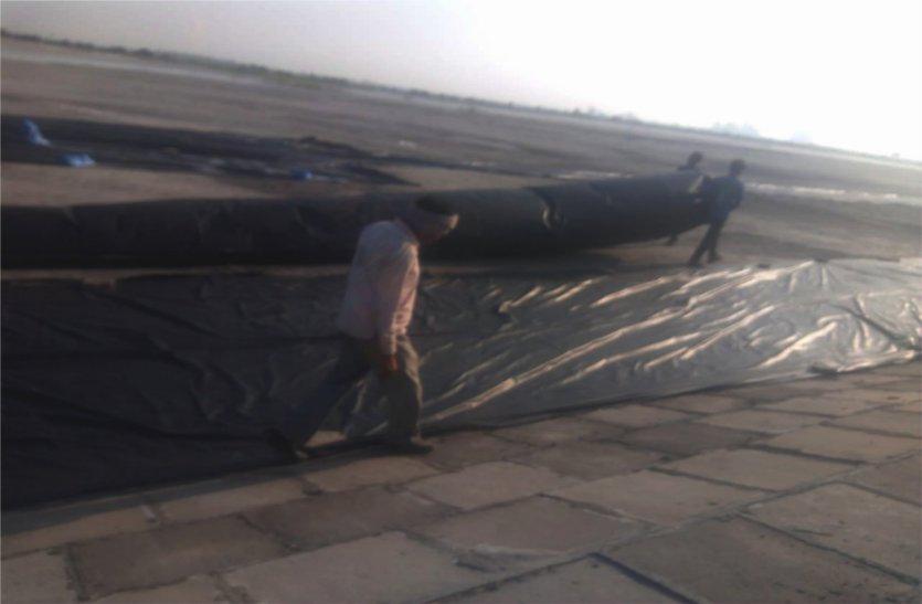 उड़ती राख को रोकने बिछा रहे बरसाती, ग्रामीणों में आक्रोश