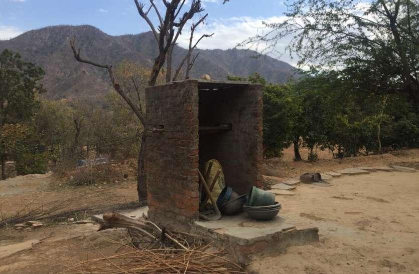 डकार गए आवास और शौचालय