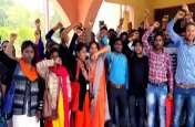 छात्रवृत्ति नहीं मिली तो डीएम ऑफिस जा धमके बीएड-बीटीसी के छात्र, उठाया ये कदम।