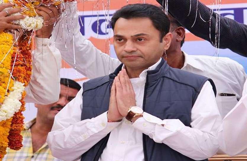 मौसमी नेता अब फिर से दुकान सजाकर बैठे हैं: नकुल
