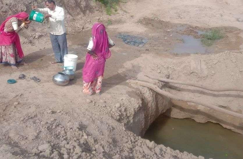 नेहड़ में दशकों बाद भी वैसे ही हालात, कच्ची बेरियों का पानी पीने की मजबूरी