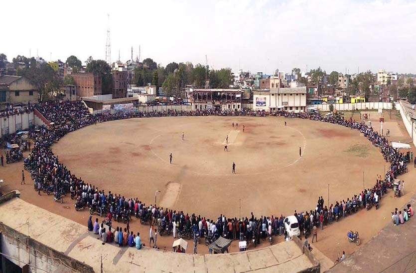 आईपीएल की तर्ज पर अन्य शहरों से रुपयों में मंगाए खिलाड़ी