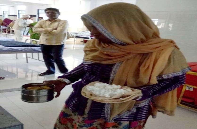बर्तन नहीं हाथों में पकड़ाते हैं खाना, गंदे गद्दों व कपड़ों पर रोटी-चावल रख मरीज करते हैं भोजन