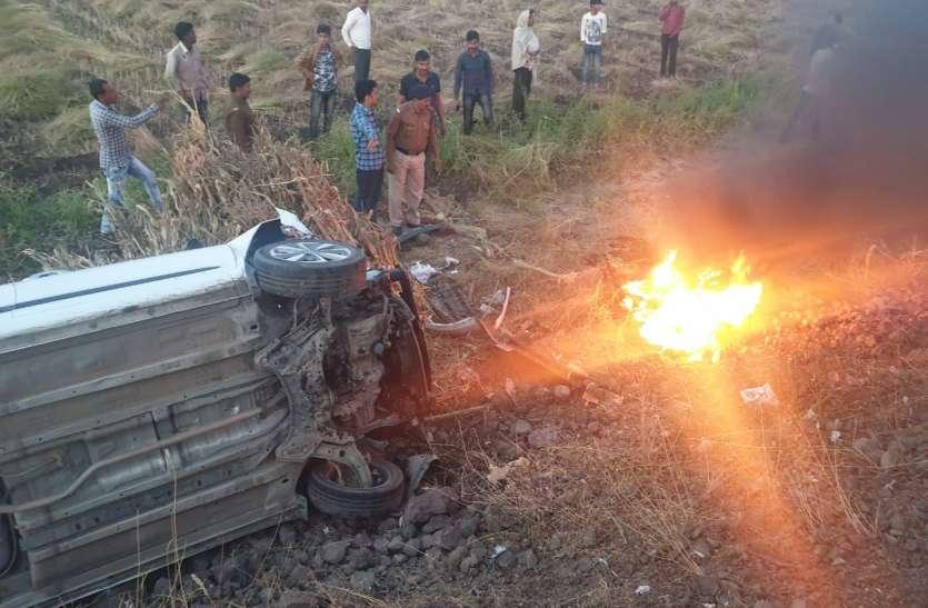 बाइक और कार की टक्कर, लगी बाइक मेंं आग, दो युवकों की मौत