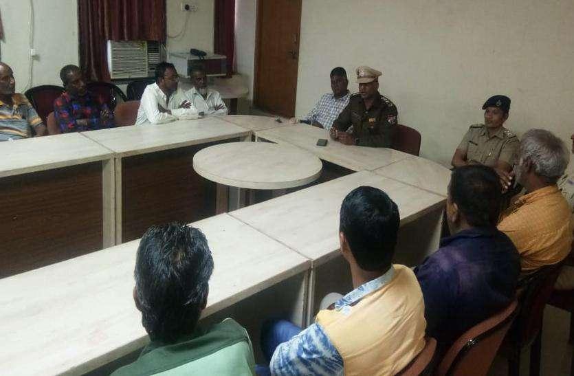 सुरक्षा जवानों की अहमदाबाद स्टेशन पर चौकसी