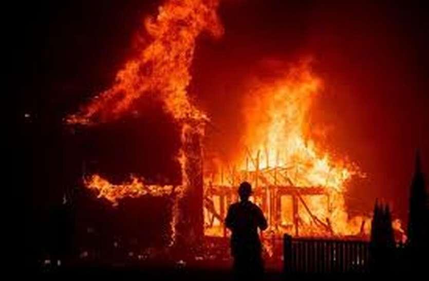 शॉर्ट सर्किट से घर में लगी आग: हादसे के समय घर में सो रहा था युवक, दरवाजा तोड़कर बुझाई आग