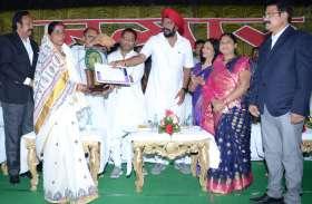 सरगुजा की गोदना शिल्पी अनिता राजवाड़े को मिला राज्य स्तरीय हस्तशिल्प पुरस्कार, 20 युवतियों को दे रही ट्रेनिंग
