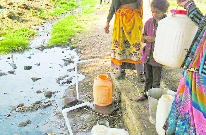 नाले में दे दिए नलजल योजना के कनेक्शन, गंदा पानी पी रहे ग्रामीण