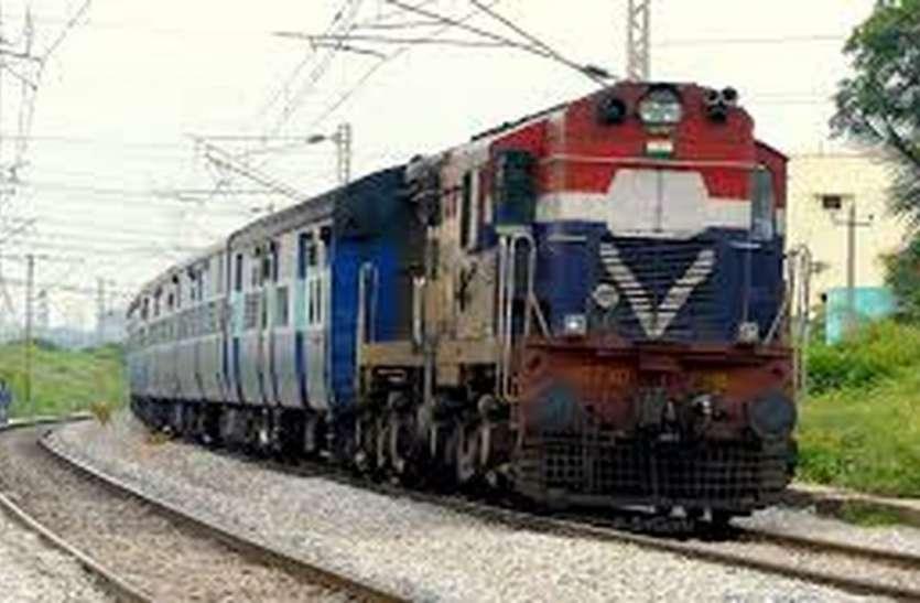 जीएम के सामने रखी यह मांग: यात्रियों की सुविधा के लिए इंदौर भोपाल पैसेंजर ट्रेन को रतलाम तक बढ़ाया जाए
