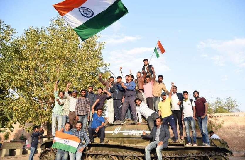 #PulwamaRevenge : भारतीय वायुसेना की एयर स्ट्राइक की शहरवासियों ने मनाई खुशी, देखें तस्वीरें...