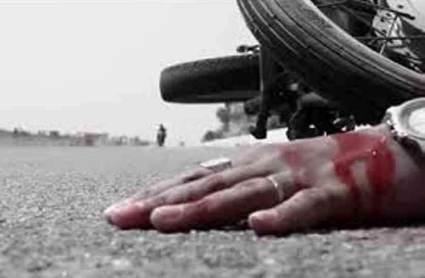 बस ने बाइक को मारी टक्कर, एक ही परिवार के चार लोग घायल,युवक की हालत नाजुक