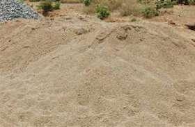 सिंध पर रेत उत्खनन कर रही जेसीबी और ट्रैक्टर जब्त और पनडुब्बी तोड़ी, दो परिवहन करते पकड़े