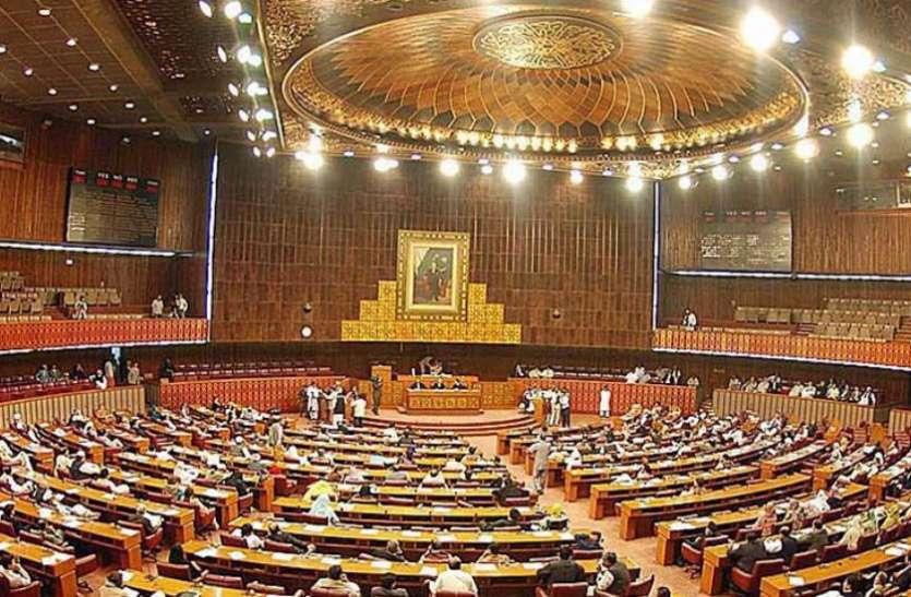 पुलवामा का बदला: भारत की एयर स्ट्राइक से पाकिस्तान में हड़कंप, संसद में लगे 'Shame इमरान' के नारे