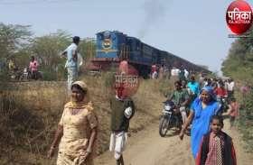 VIDEO : बच्ची के साथ ट्रेन के आगे कूदी महिला, महिला की मौत, बच्ची ने कूद कर बचाई जान