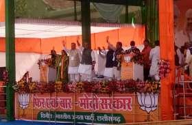 photo gallery: केंद्रीय गृहमंत्री राजनाथ सिंह पहुंचे कार्यक्रम स्थल, किया लोगों का अभिवादन