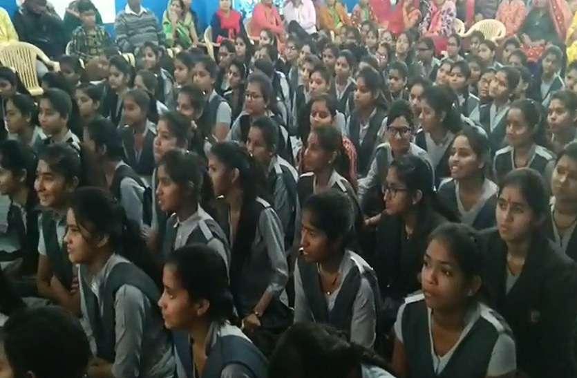 VIDEO : विद्यार्थियों ने किया माता- पिता का वंदन, मातृ-पितृ पूजन का आयोजन