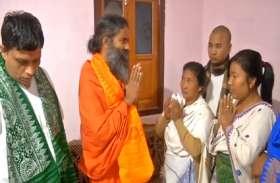 Video: शहीद के परिवार को बाबा रामदेव ने दी 2.5 लाख रुपए की मदद, पुलवामा हमले में हुई थी शहादत