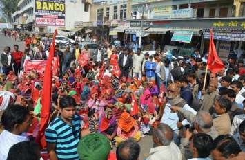 सीकर किसान आंदोलन: पुरूषों के साथ महिला किसानों ने भी खोला मोर्चा, जाम हुआ पूरा शहर