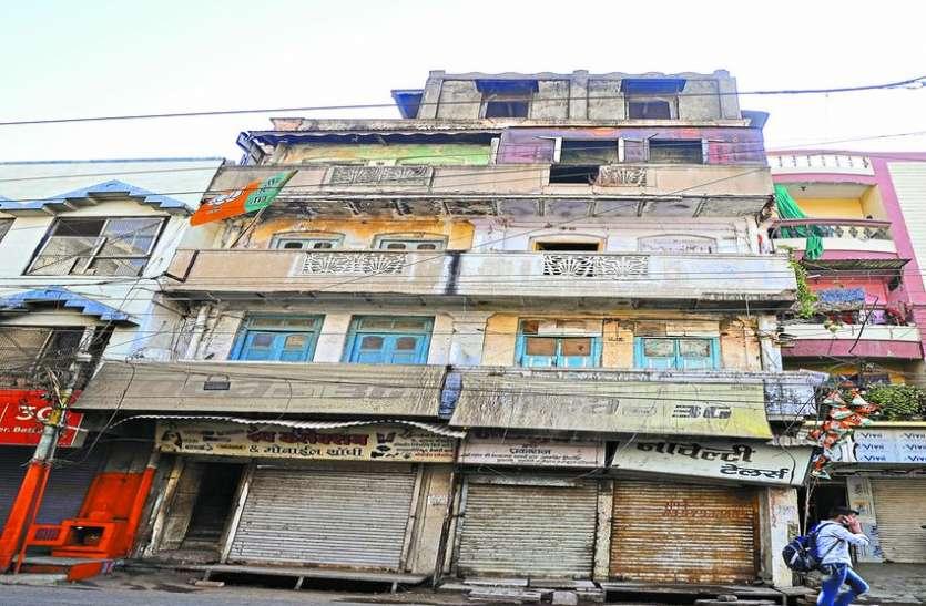 सीना ताने खड़ा खतरनाक मकान, महापौर के कहने पर भी नहीं तोड़ रहे अफसर