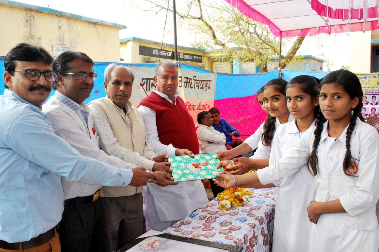 शाला से विदा होने वाली छात्राओं का किया सम्मान