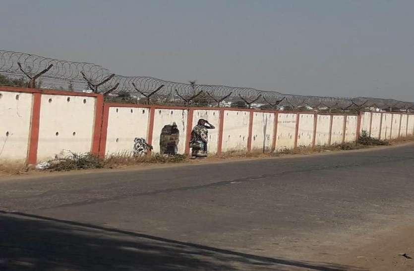 एयरपोर्ट की सुरक्षा दीवार को तोड़कर जगह-जगह बना दिया रास्ता