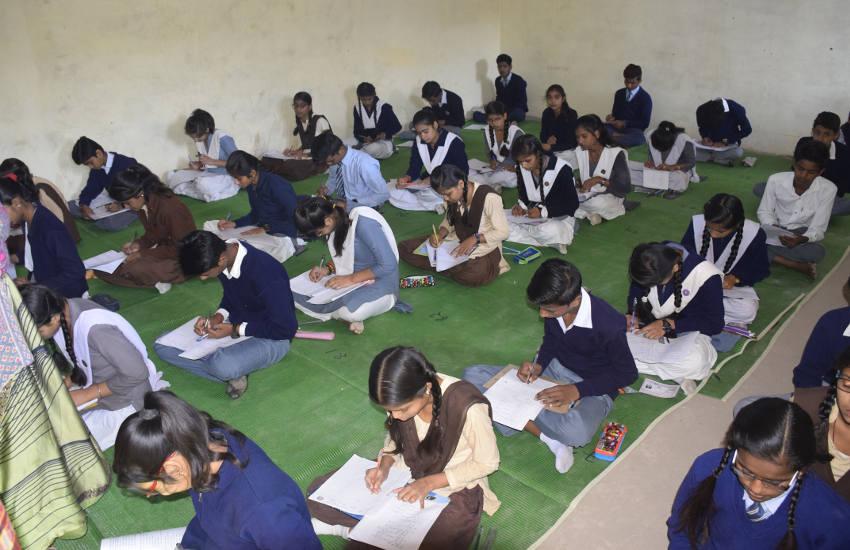 ठंड में जमीन पर बैठकर दी विद्यार्थियों ने बोर्ड परीक्षा
