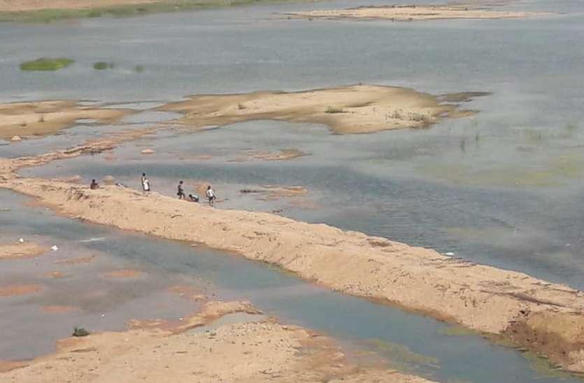 ऐसी दबंगई कि जहां प्रशासन ने पहले तोड़ा था अवैध पुल फिर कारोबारियों ने वहीं बना लिया नया, नदी की रोकी धार