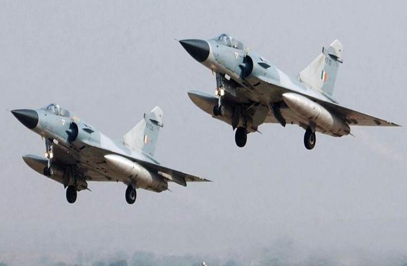 वायु सेना के पाकिस्तान हमले पर लोगों ने मनाई खुशियां, एक दूसरों में बांटी मिठाईयां