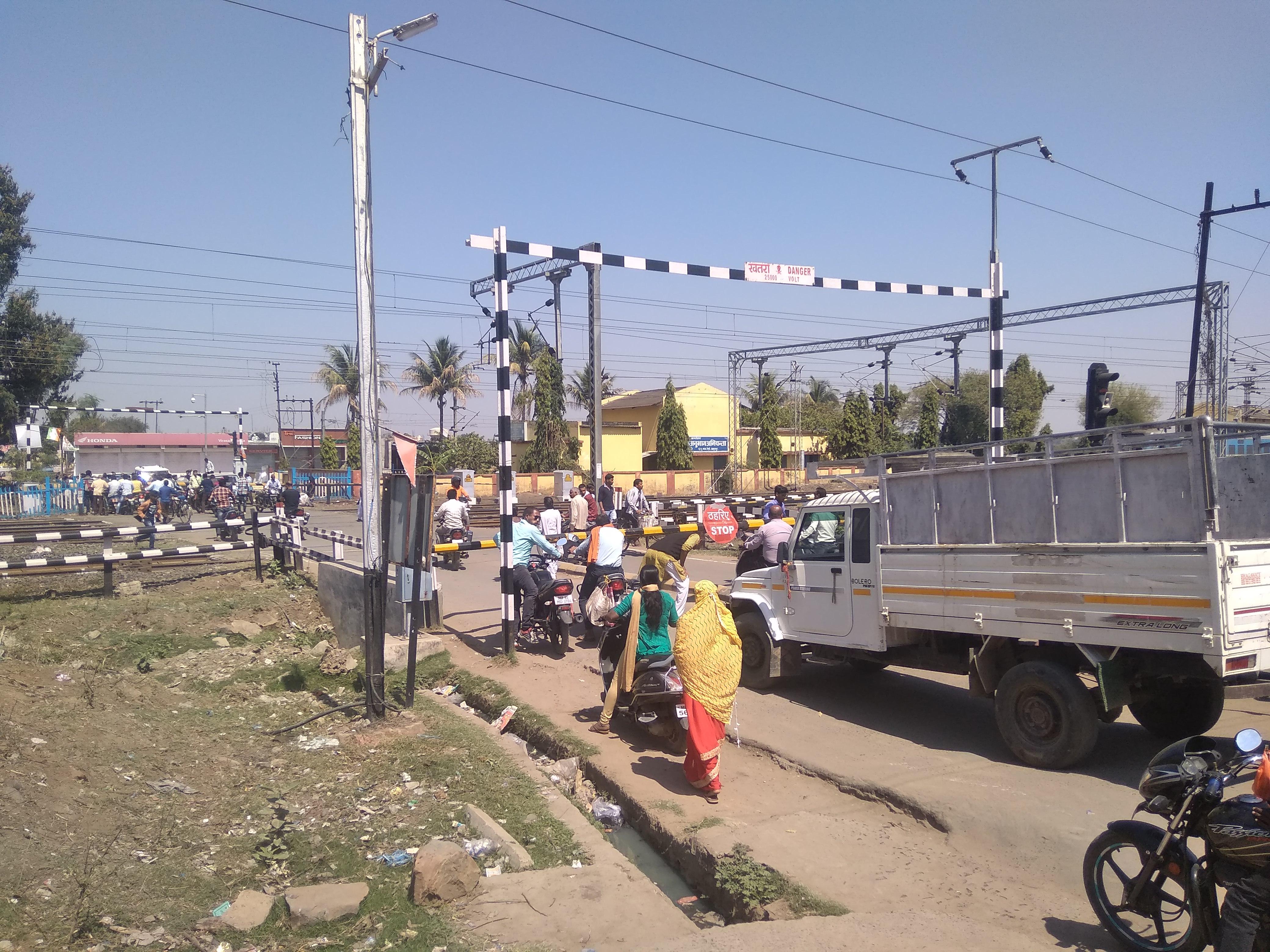 बंद फाटक से कब मिलेगी राहत: रेलवे ओवरब्रिज पर मंडराया आचार संहिता का साया, मुआवजा वितरण बाद भी नहीं डाला निर्माण की नींव