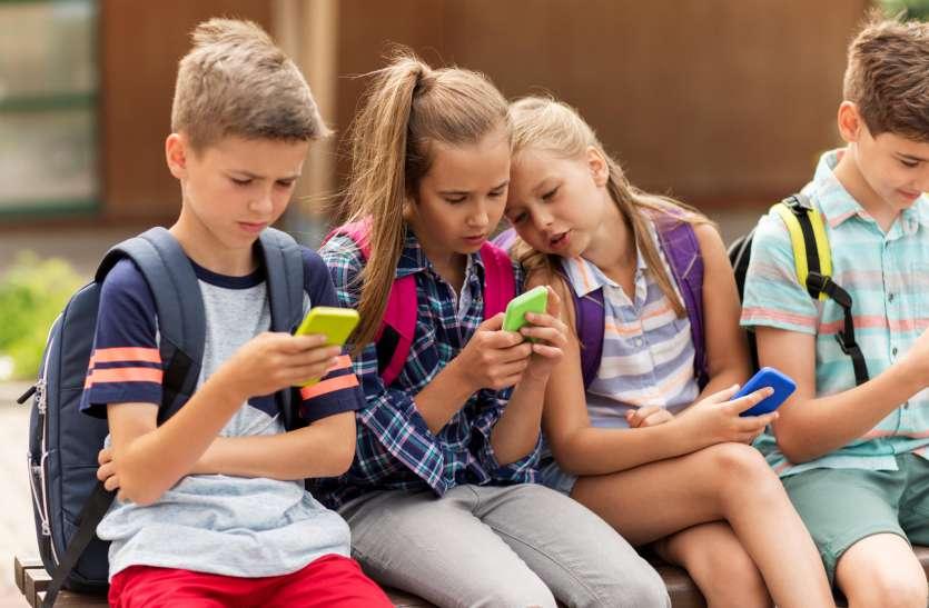 मोबाइल खत्म कर रहा है पढऩे की आदत