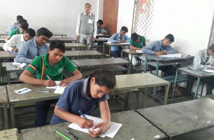 12 वीं के हिंदी की परीक्षा में 5 नकलची धराएं