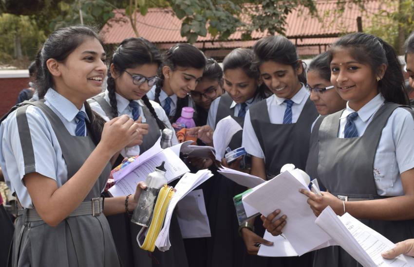 बोर्ड परीक्षा : हिन्दी- अंग्रेजी के सरल पेपर से खिले अभ्यार्थियों के चेहरे