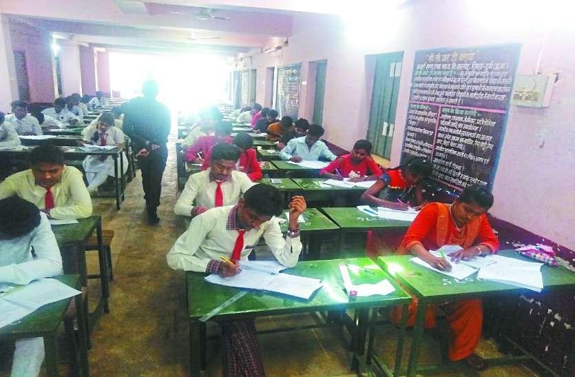 नकल न हो सके इसलिए खिड़कियां बंद कीं, तो छात्रों को अंधेरे कक्ष में देना पड़ी परीक्षा