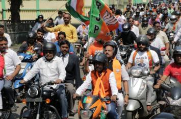 झारखंड भाजपा ने मनाया विजय संकल्प दिवस...पार्टी का झंडा थामे खुद बाइक रैली में शामिल हुए मुख्यमंत्री रघुवर दास